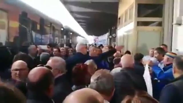 """Photo of IL TRENO DI RENZI ARRIVA IN STAZIONE: ECCO LA """"CALDA"""" ACCOGLIENZA DEGLI ITALIANI…"""