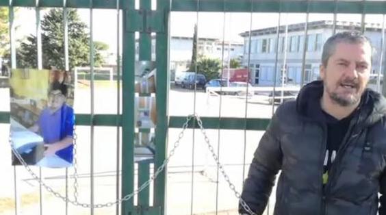 """Photo of """"Incatenati al cancello come Ennio"""", Di Michele vicino al giovane"""