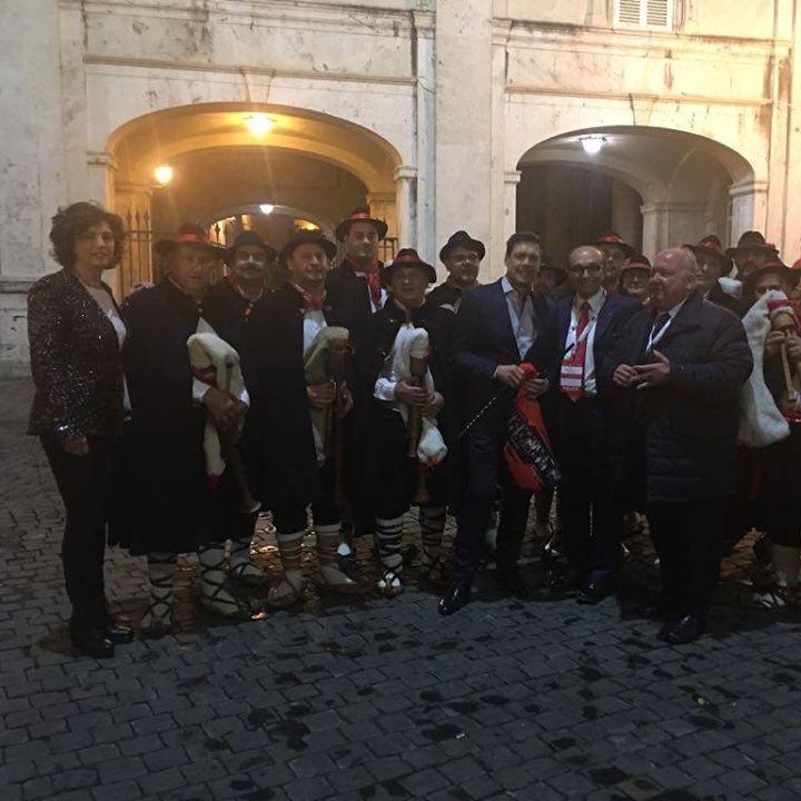 Photo of Concerto di Natale, l'esibizione delle zampogne di Scapoli dinanzi a Papa Francesco