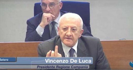 """Photo of De Luca ai 5 stelle: """"Incapaci di innaffiare un albero di Natale"""". E mostra il dito medio alla consigliera Ciarambino – Il Fatto Quotidiano"""