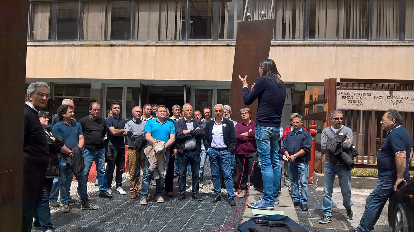 Photo of Ex lavoratori in lotta, il sit-in dinanzi al Consiglio regionale