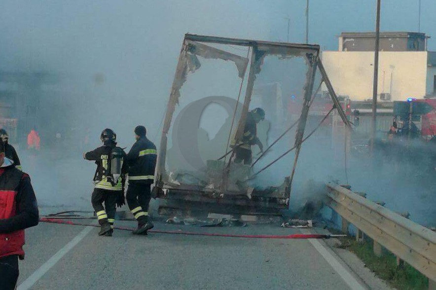 Photo of Incendio autotreno, traffico deviato da e per Roma