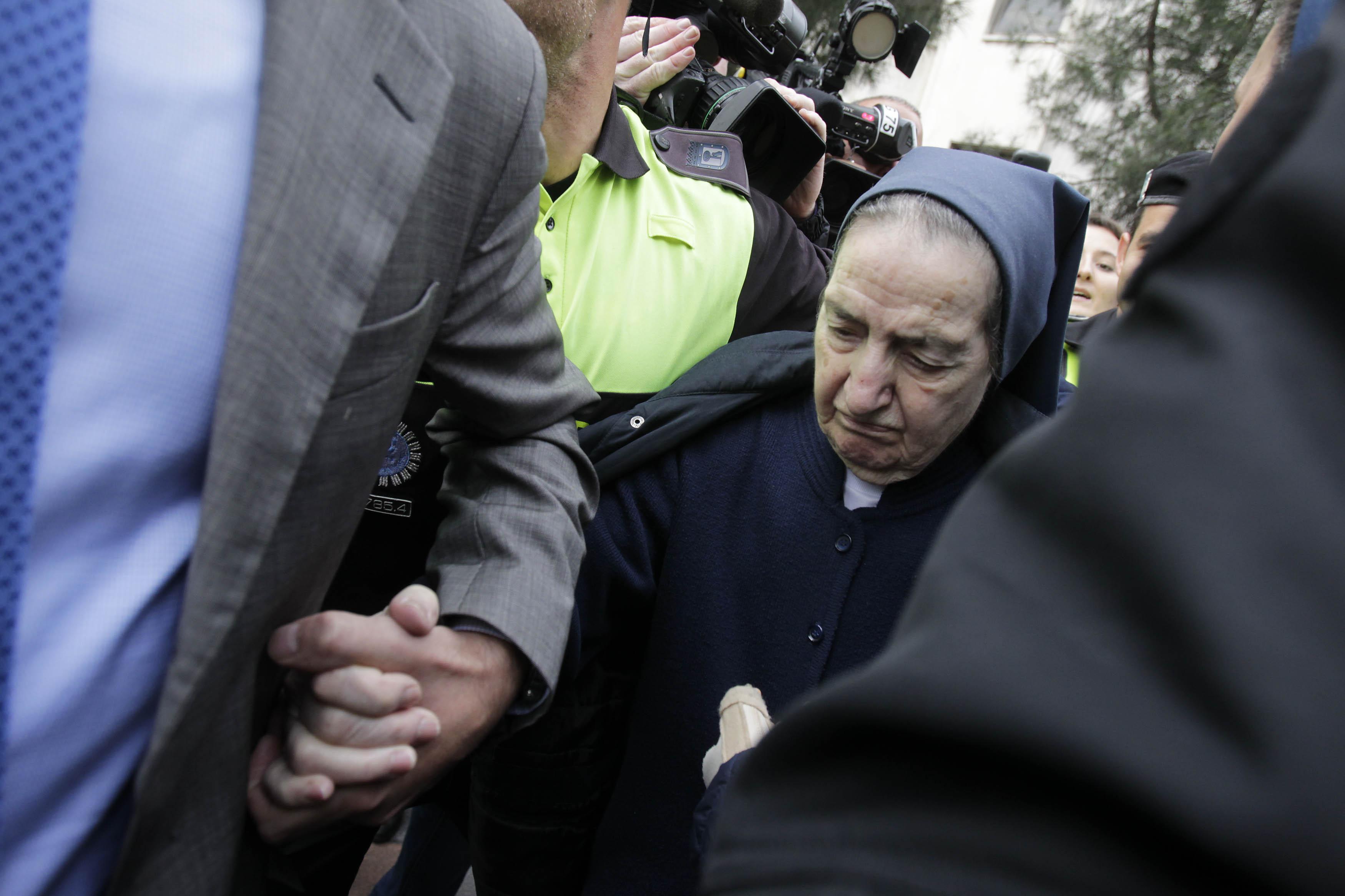 Photo of La storia segreta di come le suore abbiano nascosto la vendita di migliaia di bambini in Spagna