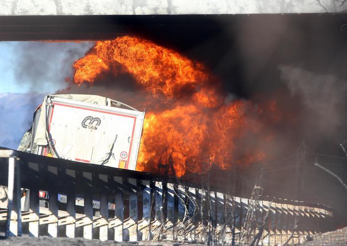 Photo of NAZIONALE – Autocisterna s'incendia sull'A21: sei le vittime, anche due bimbi