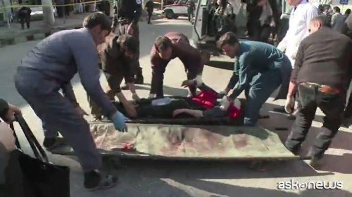 Photo of Quasi 100 morti nell'attentato avvenuto oggi a Kabul. Le immagini terribili Ma l…