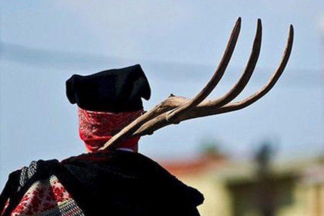 Photo of Stanco di pagare le tasse: il contadino infilza l'esattore con un forcone