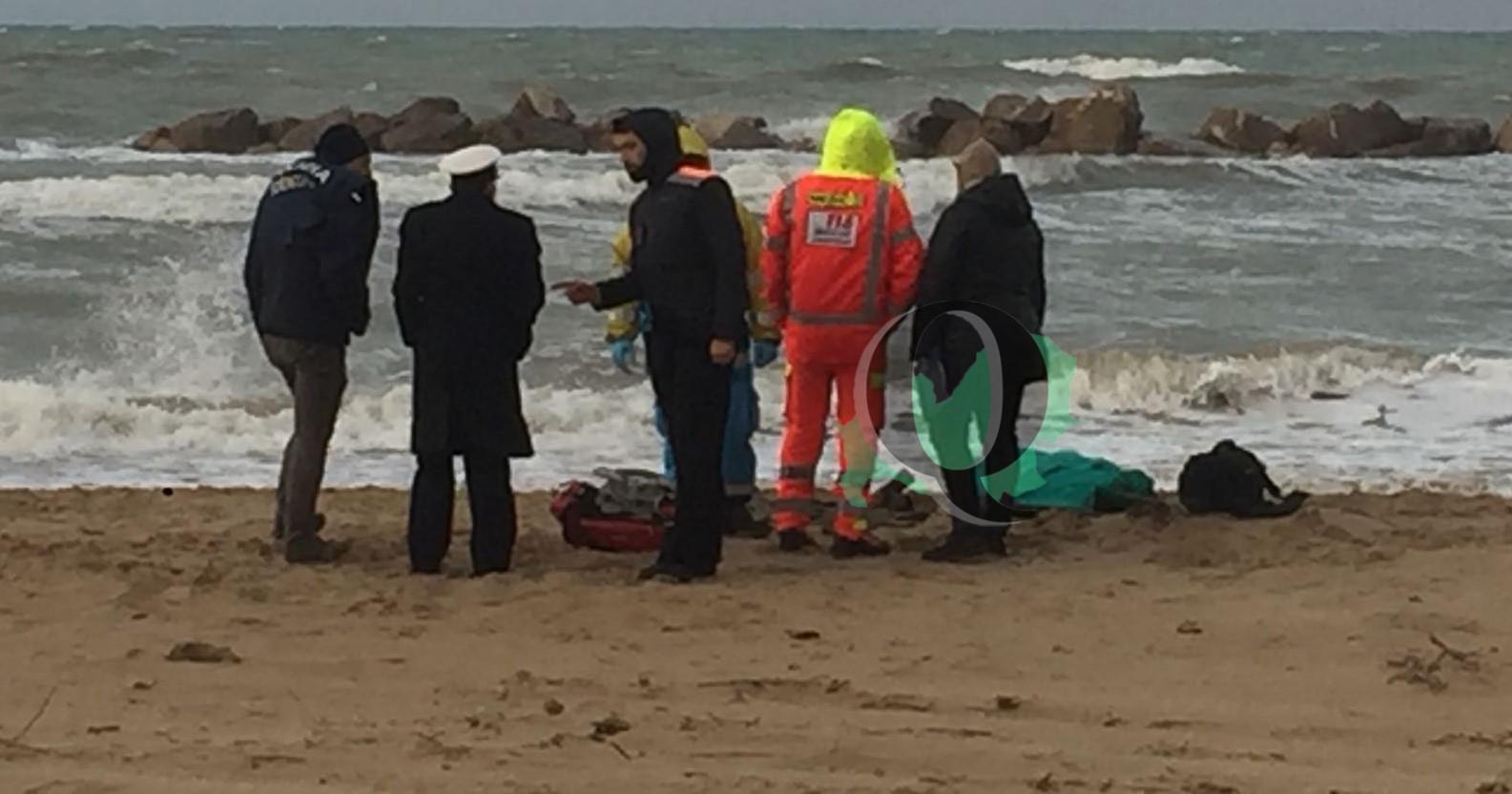 Photo of Ultim'ora – Donna morta sulla spiaggia, indagini in corso